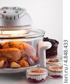 Купить «Галогенная печь с готовящейся курицей», фото № 4848433, снято 16 января 2019 г. (c) Food And Drink Photos / Фотобанк Лори
