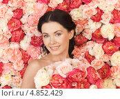 Красивая молодая женщина с букетом на фоне цветов. Стоковое фото, фотограф Syda Productions / Фотобанк Лори