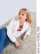 Привлекательная блондинка в белой блузке и джинсах лежит на полу. Стоковое фото, фотограф Daniil Nikiforov / Фотобанк Лори