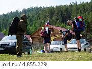 Туристы собираются в горы (2013 год). Редакционное фото, фотограф Анастасия Новодержкина / Фотобанк Лори