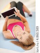 Купить «Счастливая молодая женщина с современным тонким планшетным компьютером», фото № 4860589, снято 23 марта 2013 г. (c) Syda Productions / Фотобанк Лори