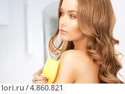 Купить «Красивая девушка в желтой губкой принимает душ», фото № 4860821, снято 10 октября 2010 г. (c) Syda Productions / Фотобанк Лори