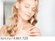 Купить «Красивая женщина наносит лифтинг крем на кожу», фото № 4861729, снято 3 апреля 2010 г. (c) Syda Productions / Фотобанк Лори