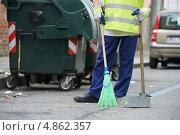 Купить «Дворник убирает мусор с тротуара», фото № 4862357, снято 3 июля 2013 г. (c) Дмитрий Калиновский / Фотобанк Лори