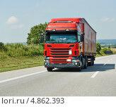 Купить «Красный грузовик с прицепом на шоссе», фото № 4862393, снято 8 июля 2013 г. (c) Дмитрий Калиновский / Фотобанк Лори