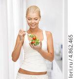 Купить «Счастливая стройная девушка с удовольствием есть овощной салат», фото № 4862465, снято 23 марта 2013 г. (c) Syda Productions / Фотобанк Лори