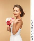 Купить «Элегантная девушка с букетом ароматных цветов на бежевом фоне», фото № 4862561, снято 17 марта 2013 г. (c) Syda Productions / Фотобанк Лори
