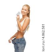 Купить «Похудевшая девушка показывает на большие джинсы и таблетки», фото № 4862581, снято 23 марта 2013 г. (c) Syda Productions / Фотобанк Лори
