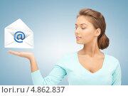 Купить «Молодая женщина с виртуальным электронным письмом», фото № 4862837, снято 25 августа 2019 г. (c) Syda Productions / Фотобанк Лори