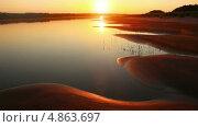Купить «Песчаный пляж на реке, закат», видеоролик № 4863697, снято 15 июля 2013 г. (c) Михаил Коханчиков / Фотобанк Лори