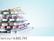 Купить «Блистеры с таблетками на голубом фоне», фото № 4865741, снято 4 апреля 2013 г. (c) Сергей Новиков / Фотобанк Лори