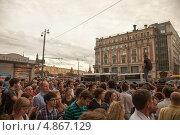 Купить «Парень стоит над толпой, на народном сходе в поддержку Навального в Москве на Тверской улице 18 июля 2013», фото № 4867129, снято 18 июля 2013 г. (c) Елена Морозова / Фотобанк Лори