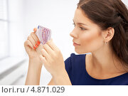 Купить «Счастливая девушка с деньгами в руках», фото № 4871029, снято 18 июля 2011 г. (c) Syda Productions / Фотобанк Лори