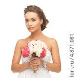 Купить «Красивая молодая женщина с обнаженными плечами и букетом цветов», фото № 4871081, снято 17 марта 2013 г. (c) Syda Productions / Фотобанк Лори