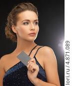 Купить «Элегантная девушка на черном фоне с визитной карточкой», фото № 4871089, снято 17 марта 2013 г. (c) Syda Productions / Фотобанк Лори