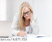 Купить «Жизнерадостная офисная сотрудница работает за ноутбуком», фото № 4871153, снято 30 марта 2013 г. (c) Syda Productions / Фотобанк Лори