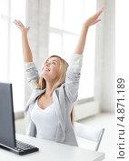 Купить «Счастливая деловая девушка в офисе», фото № 4871189, снято 30 марта 2013 г. (c) Syda Productions / Фотобанк Лори