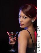 Купить «Загадочная брюнетка на вечеринке в ночном клубе пьет коктейль из бокала», фото № 4871377, снято 12 декабря 2010 г. (c) Syda Productions / Фотобанк Лори