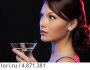 Купить «Загадочная брюнетка на вечеринке в ночном клубе пьет коктейль из бокала», фото № 4871381, снято 12 декабря 2010 г. (c) Syda Productions / Фотобанк Лори