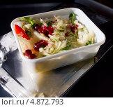 Купить «Салат из бортового питания авиакомпании», эксклюзивное фото № 4872793, снято 14 мая 2013 г. (c) Вячеслав Палес / Фотобанк Лори