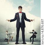 Купить «Бизнесмен-кукловод разыгрывает спектакль с двумя марионетками», фото № 4876697, снято 6 августа 2020 г. (c) Sergey Nivens / Фотобанк Лори