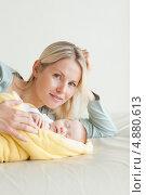 Купить «Мама лежит за своим спящим малышом», фото № 4880613, снято 31 октября 2011 г. (c) Wavebreak Media / Фотобанк Лори