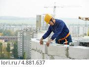 Строитель-каменщик кладет стену из блоков. Стоковое фото, фотограф Дмитрий Калиновский / Фотобанк Лори