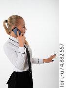 Деловая женщина разговаривает по телефону и разглядывает маникюр на руке. Стоковое фото, фотограф Vitali Armon / Фотобанк Лори