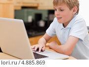 Чудесный мальчик пользуется ноутбуком. Стоковое фото, агентство Wavebreak Media / Фотобанк Лори