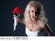Купить «Невеста с букетом цветов громко кричит», фото № 4887853, снято 8 июля 2013 г. (c) Гурьянов Андрей / Фотобанк Лори