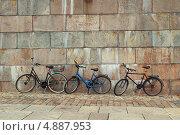 Велосипеды у стены. Стоковое фото, фотограф Дмитрий Грушин / Фотобанк Лори