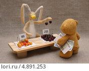 Купить «Игрушки. Мишка покупает черешню», эксклюзивное фото № 4891253, снято 15 июня 2013 г. (c) Dmitry29 / Фотобанк Лори