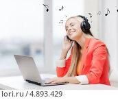 Купить «Счастливая девушка слушает музыку в больших черных наушниках», фото № 4893429, снято 30 марта 2013 г. (c) Syda Productions / Фотобанк Лори