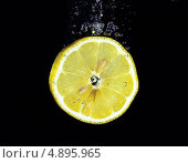 Брызги воды на дольке лимона. Стоковое фото, фотограф Владислав Серкин / Фотобанк Лори