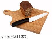 Керамический нож и хлеб на разделочной доске. Стоковое фото, фотограф Сергей Видинеев / Фотобанк Лори