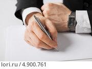 Купить «Бизнесмен подписывает документы о сделке», фото № 4900761, снято 22 марта 2013 г. (c) Syda Productions / Фотобанк Лори