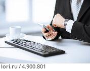 Купить «Бизнесмен в черном пиджаке смотрит на часы», фото № 4900801, снято 22 марта 2013 г. (c) Syda Productions / Фотобанк Лори
