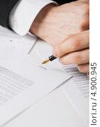 Купить «Бизнесмен подписывает деловые бумаги», фото № 4900945, снято 22 марта 2013 г. (c) Syda Productions / Фотобанк Лори