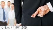 Купить «Мужчина со скрещенными пальцами на удачу за спиной», фото № 4901309, снято 21 марта 2013 г. (c) Syda Productions / Фотобанк Лори