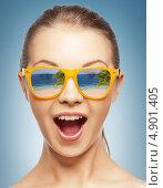 Купить «Удивленная девушка в солнечных очках с открытым ртом», фото № 4901405, снято 14 июля 2020 г. (c) Syda Productions / Фотобанк Лори