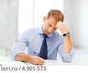 Купить «Офисный сотрудник средних лето работает с бумагами в офисе», фото № 4901573, снято 9 июня 2013 г. (c) Syda Productions / Фотобанк Лори