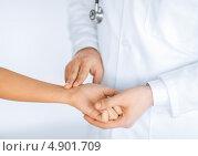 Купить «Доктор измеряет пульс пациентки», фото № 4901709, снято 8 мая 2013 г. (c) Syda Productions / Фотобанк Лори