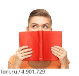 Купить «Загадочная девушка с красной книгой в руках», фото № 4901729, снято 1 июня 2013 г. (c) Syda Productions / Фотобанк Лори