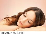 Купить «Красивая брюнетка лежит на руках на розовом фоне», фото № 4901841, снято 30 октября 2011 г. (c) Syda Productions / Фотобанк Лори