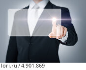 Мужская рука нажимает на невидимую кнопку. Стоковое фото, фотограф Syda Productions / Фотобанк Лори