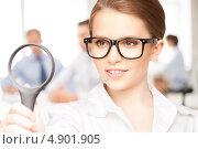 Девушка в очках в офисе с увеличительным стеклом. Стоковое фото, фотограф Syda Productions / Фотобанк Лори