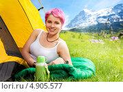 Купить «Туристка с термосом лежит возле палатки», фото № 4905577, снято 11 мая 2013 г. (c) Сергей Новиков / Фотобанк Лори