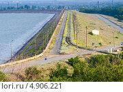 Купить «Начало дамбы плотины Цимлянского водохранилища», фото № 4906221, снято 31 мая 2013 г. (c) Борис Панасюк / Фотобанк Лори