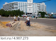 Рабочие с лопатами (2013 год). Редакционное фото, фотограф Старостин Сергей / Фотобанк Лори
