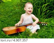 Купить «Маленькая девочка поет и играет на гитаре», эксклюзивное фото № 4907357, снято 11 июля 2013 г. (c) Куликова Вероника / Фотобанк Лори